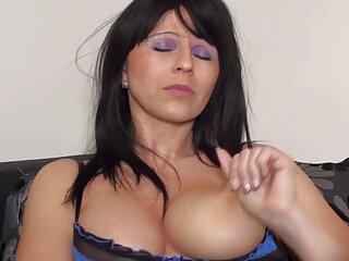 جوجه پاشنه آبی نرمی را با نمای عقب عوض تراشیده شده و سوراخ سوراخ پنجم اغوا می سکس با کیفیت خارجی کند