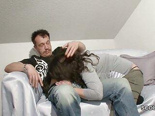 او در حالی که شوهرش در حال تماشای تلویزیون است بر دانلود فیلم سکسی گروهی خارجی روی او سوار می شود ، وی لباس زیر را به کنار خود فشار می دهد و یکی از اعضای خود را به سوراخ فرو می برد.