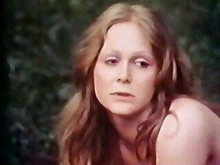 نامادری ، دختر ناپدری جورجیا را در دستشویی جاسوسی می کند و فیلم خارجی بدون سانسور سکسی تصمیم می گیرد که بزرگ کردن الده کج را شروع کند.