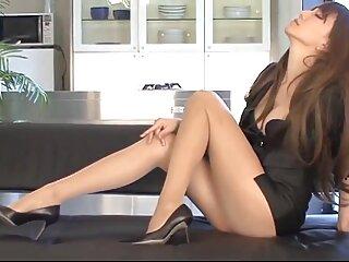 یک زن جوان زیبا از پیراشکی های بزرگ لذت می برد ، خروس خود فیلم سکسی سینمایی خارجی را مانند کارامل روی چوب می لیسد